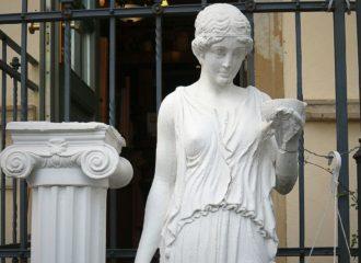Griechische Statur und Säule im Lukullus