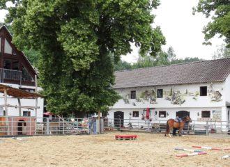 Ein Blick über den Pferdeplatz zum Western Inn