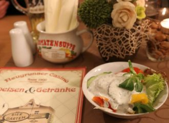 Speisekarte, Salat und Deko im Neugrunaer Casino