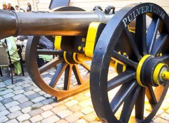 Die Kanone vor dem Pulvertrum
